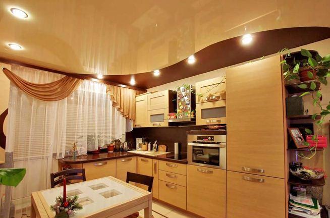 Правильно подобранный натяжной потолок позволит украсить и разнообразить интерьер кухни