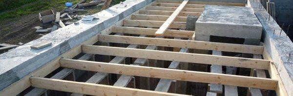 Правильно установленная опалубка позволяет вылить плиту перекрытия, ничем не уступающую заводскому изделию