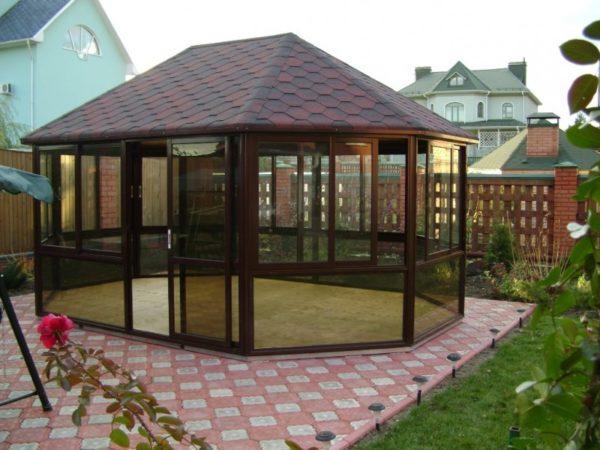 Прекрасный пример удачного совмещения разнородных материалов: крыша из битумной черепицы по ОСП на деревянном каркасе сочетается с панорамными окнами из поликарбоната.