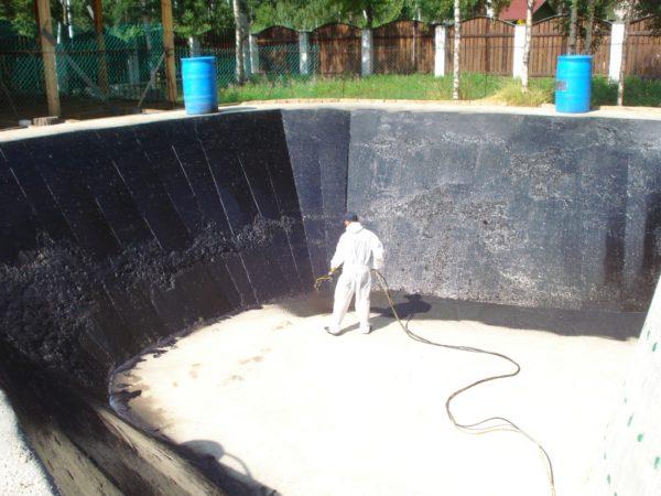 При больших масштабах работ жидкая резина наносится механизированным способом