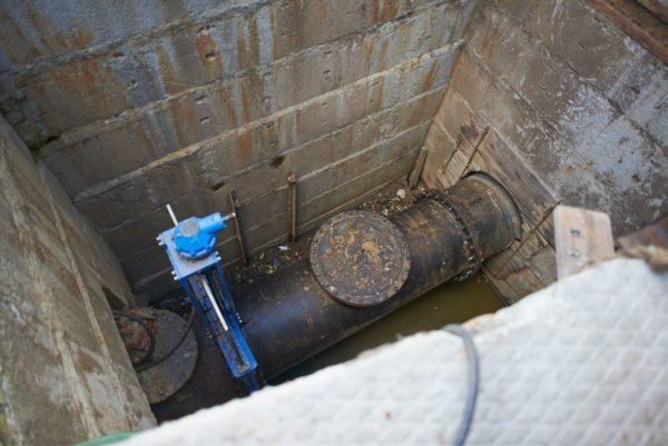 При наличии канализационного коллектора проще подключиться к нему