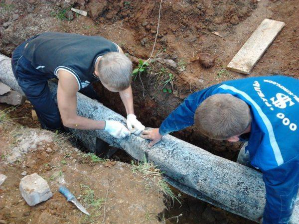 При подземной прокладке слой утеплителя желательно защитить гидроизоляционным материалом — например, рубероидом