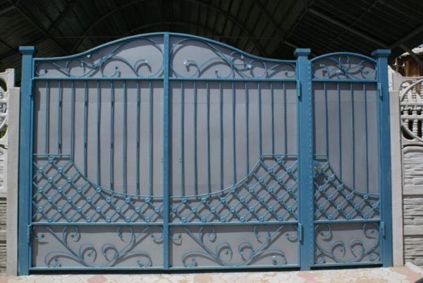 При покраске ворот и заборов атмосферная стойкость покрытия выходит на первый план