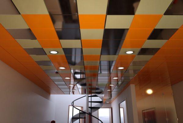 При помощи подвесных кассетных потолков можно оживить любой офис.