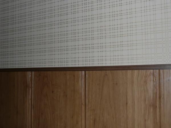 При приклеивании панели всего на 10 мм выпирают над поверхностью стены