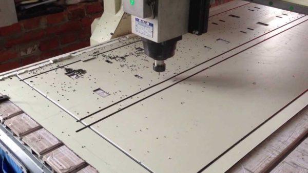 При промышленном производстве заготовки раскраиваются на станке с программным управлением