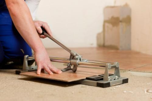 При резке нужно проводить роликом по поверхности один раз