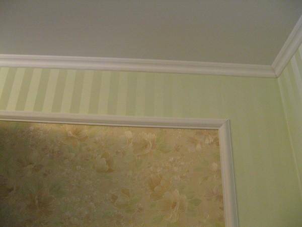 Пример использования плинтусов из пенопласта в интерьере