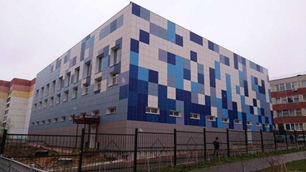 Пример использования разноцветных изделий в дизайнерском оформлении фасадов