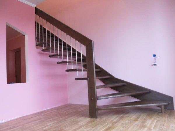 Пример лестницы на больцах с креплением к несущему брусу