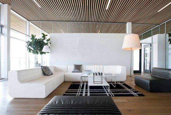 Пример открытого потолка с рейками под дерево