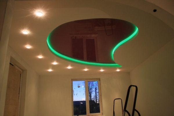 Пример того, как сочетается гипсокартон и натяжной с подсветкой потолок