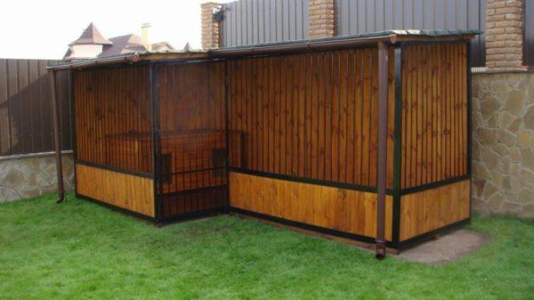 Пристроенный к дому собачий вольер может быть только с односкатной крышей