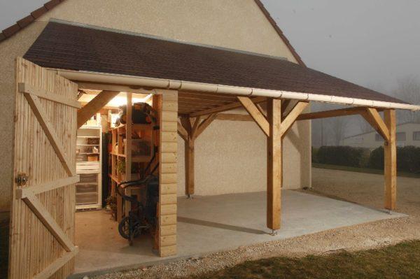 Пристройка может совмещать и площадку для летней кухни, и помещение для хозяйственных нужд