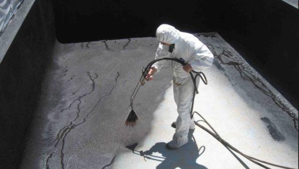 Проникающие составы обычно наносят с помощью распылителя — так и расход меньше, и защита эффективнее