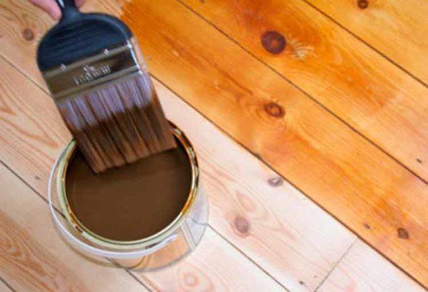 Пропитка деревянных полов полимерным грунтом для увеличения их влагостойкости.