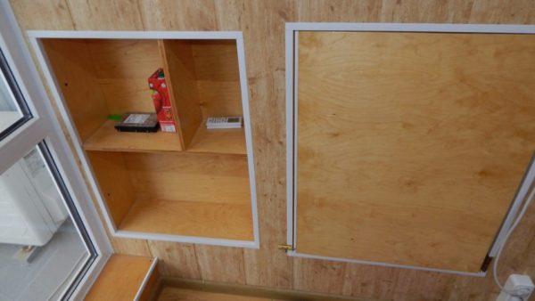 Пространство за боковыми стенами использовано для размещения встроенных шкафов и ниш.