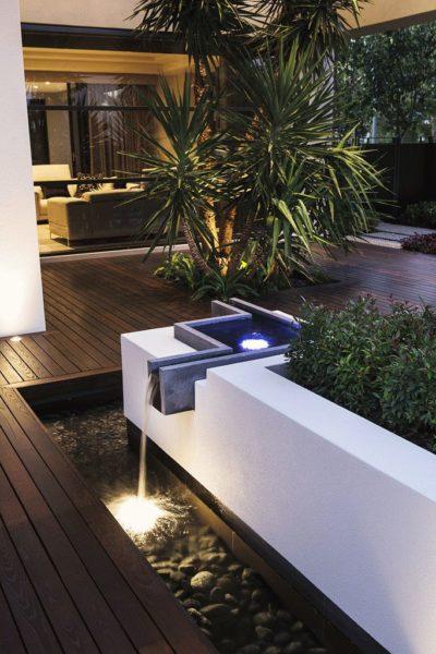 Простые формы, контрастный цвет и бетон уместны при обустройстве садов в современном стиле