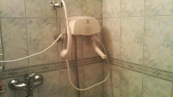 Проточный бойлер, укомплектованный смесителем и лейкой со шлангом, обеспечит вас полноценным душем