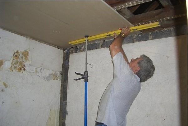 Пузырьковый уровень можно использовать в одиночестве даже в случае осуществления замеров, необходимых при установке гипсокартонного потолка
