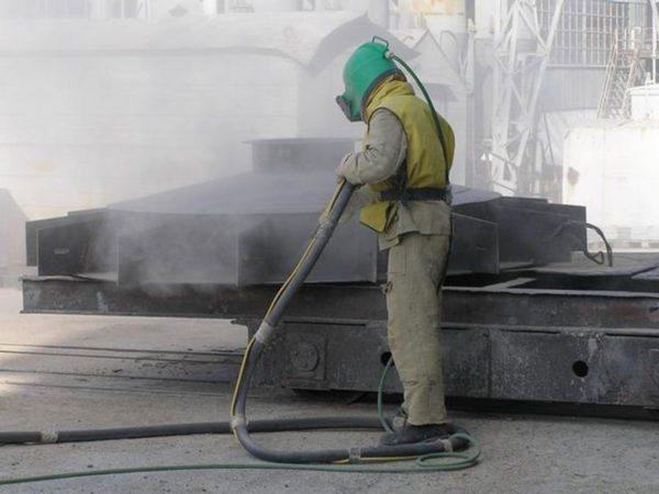 Работа промышленных мощных установок вынуждает операторов использовать защитные костюмы и маски