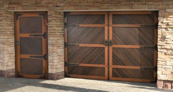 Распашные гаражные ворота могут выглядеть очень солидно
