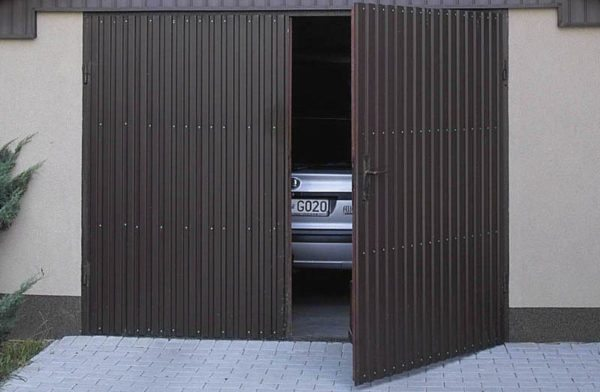 Распашные ворота — самый распространенный вид конструкций в гаражах на сегодняшний день