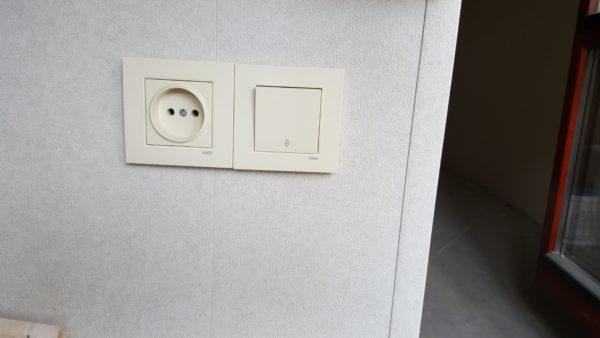Расположение выключателя вблизи дверного проема.