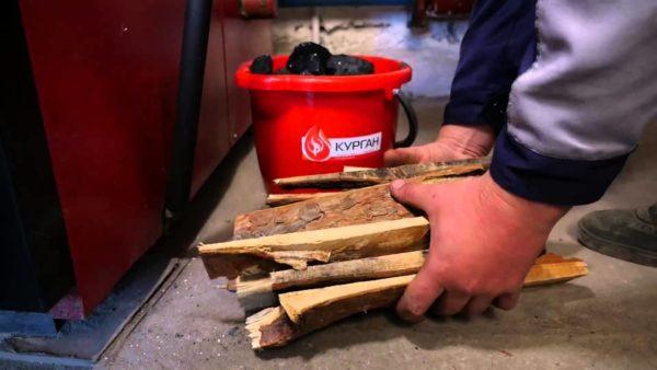 Растопка котла на твердом топливе: вначале разгораются дрова, потом от них воспламеняется уголь.