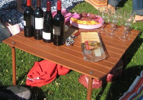 Разборный сворачивающийся столик легко доставляется на место проведения пикника в подходящей по размерам сумке