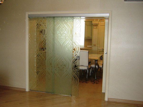 Раздвижка с узорным стеклом больше подходит для обычной межкомнатной перегородки