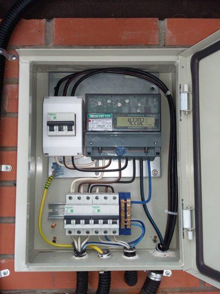 Размеры монтажных отверстий вводного щита должны соответствовать сечениям используемых при замене проводки гофрированных шлангов