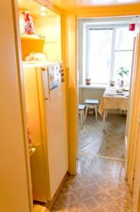Размещение холодильника в нише, образовавшейся после демонтажа туалета