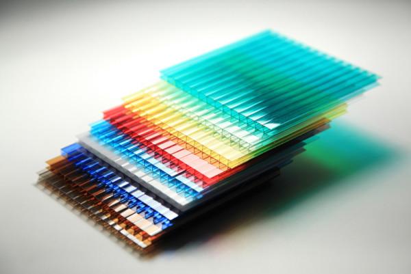 Разнообразие цветов позволяет подобрать оптимальное решение для любого ограждения