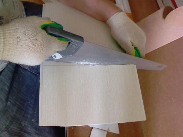 Разрезка пластиковой панели ножовкой
