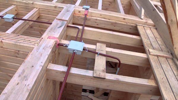 Разводка в металлических трубах не даст деревянному дому загореться при коротком замыкании.