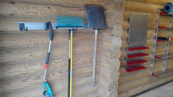 Рельсовую систему удобно использовать в сарае.