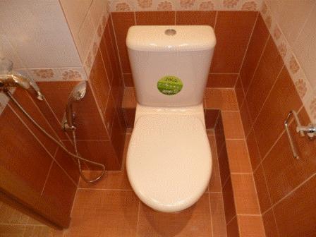 Ремонт туалета 137 серии панельных домов. Смеситель с душем позволяет использовать унитаз в качестве биде.