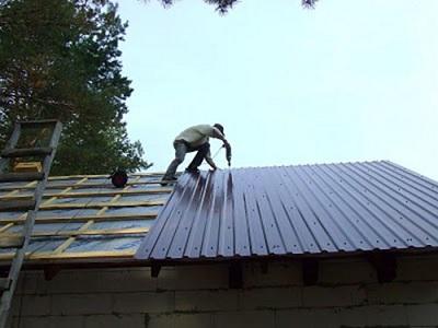 Ремонт железной кровли двускатной крыши