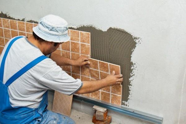Рейка позволяет задать идеальную горизонталь для кладки стены