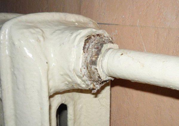 Резьбовое соединение подводки с проходной радиаторной пробкой часто становится местом течи.