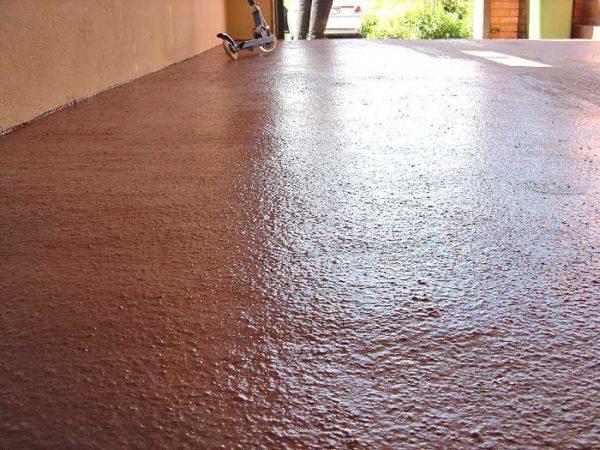 Резиновой краской можно покрасить даже пол в гараже