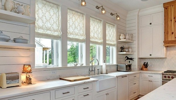 Римские жалюзи на окнах – отличный вариант декора.
