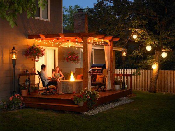 Романтический уютный уголок может быть расположен в любом месте дачного участка, главное, чтобы там было красиво