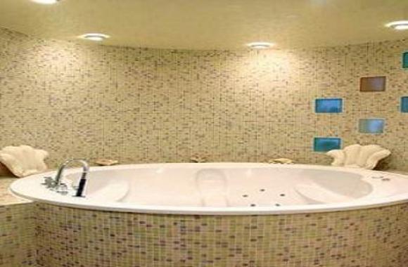 Роскошная ванна с гипсокартонным потолком и встроенными светильниками