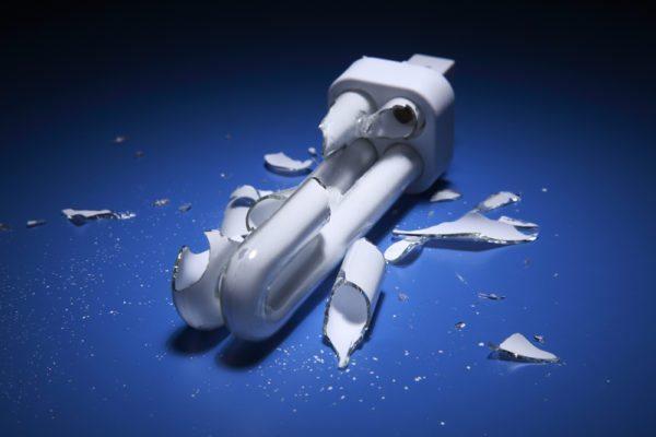 Ртутные пары из разбитой колбы КЛЛ остаются в комнате и отнюдь не приносят пользу вашему здоровью.