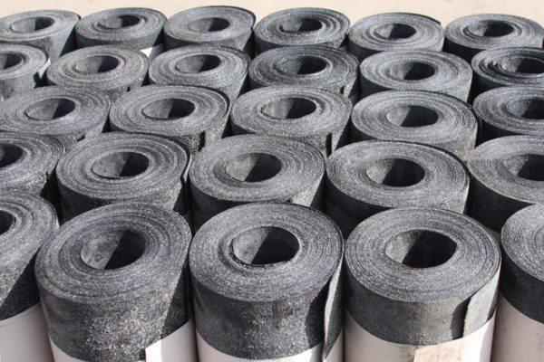 Рубероид уже многие десятки лет используется, как рулонная оклеечная гидроизоляция.