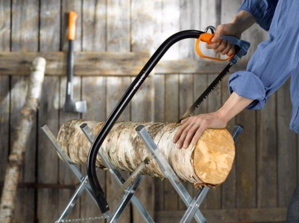 Ручные пилы по дереву могут справиться даже с небольшими бревнами