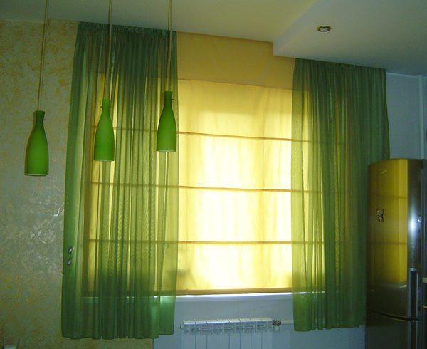 Рулонные шторы и занавески из ткани изысканно сочетаются в интерьере