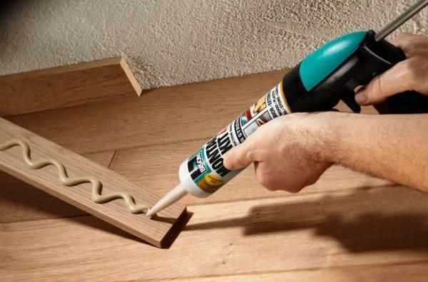 С помощью жидких гвоздей можно своими руками быстро и качественно прикрепить любые элементы декора в доме